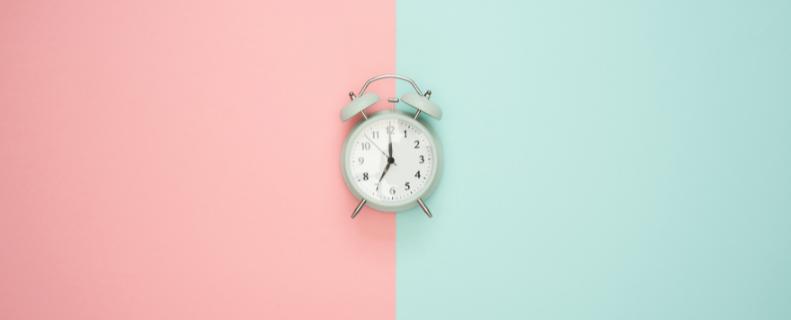 wekker met roze en blauwe pastel achtergrond