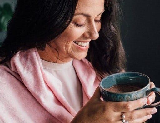 vrouw met een kop warme chocolademelk